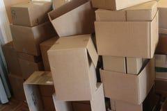 Mucchio ammucchiante delle scatole di cartone Fotografia Stock
