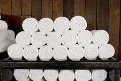 Mucchio bianco degli asciugamani della stazione termale pronto per l'uso Immagine Stock