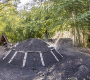 Mucchio bruciante del carbone nella foresta Immagini Stock Libere da Diritti
