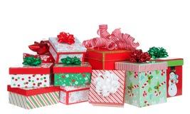 Mucchio casuale dei regali di Natale variopinti luminosi isolati su bianco fotografie stock libere da diritti