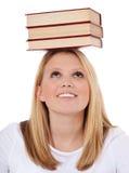 Mucchio d'equilibratura dello studente attraente dei libri Fotografie Stock Libere da Diritti