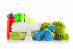 Mucchio degli asciugamani bianchi e verdi con la bottiglia di acqua rossa della bicicletta e della pallamano di gomma verde nei p Immagine Stock Libera da Diritti
