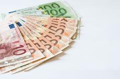 Mucchio degli euro dei soldi su bianco per l'affare e la finanza Immagine Stock