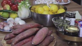 Mucchio degli ortaggi freschi, verdure sulla tavola, cursore dell'assortimento sparato archivi video