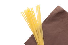 Mucchio degli spaghetti italiani dei maccheroni sul tovagliolo marrone Fotografia Stock Libera da Diritti