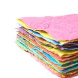 Mucchio degli strati di carta sgualciti isolati Immagine Stock