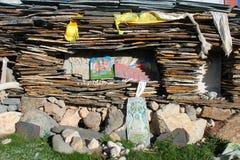 Mucchio degli strati di pietra con i mantra sul plateau tibetano Immagini Stock