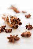 Mucchio dei bastoni e dei chiodi di garofano di cannella su tela casalinga Fotografie Stock