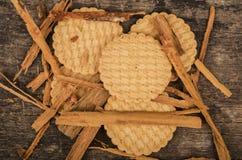 Mucchio dei biscotti deliziosi della vaniglia circondati vicino Fotografie Stock