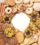 Mucchio dei biscotti della miscela isolati sopra i precedenti bianchi Immagine Stock Libera da Diritti