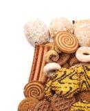 Mucchio dei biscotti della miscela isolati sopra i precedenti bianchi Fotografia Stock