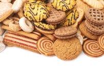Mucchio dei biscotti della miscela isolati sopra i precedenti bianchi Fotografie Stock