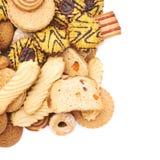 Mucchio dei biscotti della miscela isolati sopra i precedenti bianchi Immagine Stock