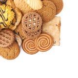 Mucchio dei biscotti della miscela isolati sopra i precedenti bianchi Immagini Stock Libere da Diritti