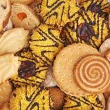 Mucchio dei biscotti della miscela isolati sopra i precedenti bianchi Immagini Stock