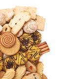 Mucchio dei biscotti della miscela isolati sopra i precedenti bianchi Fotografia Stock Libera da Diritti