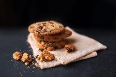 Mucchio dei biscotti di pepita di cioccolato su fondo scuro con il posto FO Fotografia Stock Libera da Diritti