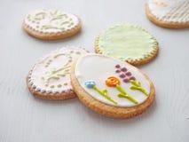 Mucchio dei biscotti di zucchero di Pasqua lustrati con glassa reale Immagine Stock