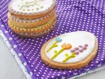 Mucchio dei biscotti di zucchero di Pasqua lustrati con glassa reale Fotografie Stock