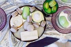 Mucchio dei biscotti variopinti del macaron, stile d'annata Immagini Stock