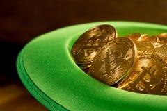 Mucchio dei bitcoins dentro il giorno verde della st Patricks del cappello Fotografia Stock Libera da Diritti