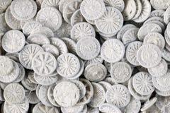 Mucchio dei bottoni bianchi - manopole per lettiera fotografia stock