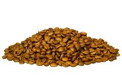 Mucchio dei chicchi di caffè marroni isolati su fondo bianco Fotografie Stock Libere da Diritti