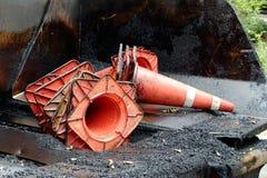 Mucchio dei coni di traffico delle macchie di olio Immagini Stock