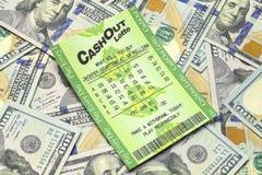 Mucchio dei contanti e biglietto di lotteria fotografie stock libere da diritti