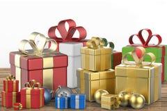 Mucchio dei contenitori di regalo e delle palle di natale Immagine Stock Libera da Diritti