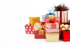 Mucchio dei contenitori di regalo variopinti isolati su fondo bianco Immagini Stock
