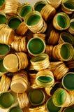 Mucchio dei coperchi a vite del metallo della bottiglia come fondo del modello, Immagine Stock Libera da Diritti