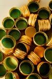 Mucchio dei coperchi a vite del metallo della bottiglia come fondo del modello, Fotografia Stock Libera da Diritti