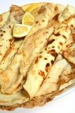 Mucchio dei crepes inglesi del pancake su una zolla Fotografia Stock