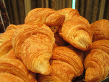Mucchio dei croissant dentro sullo scaffale in forno o nel negozio del ` s del panettiere Immagine Stock Libera da Diritti