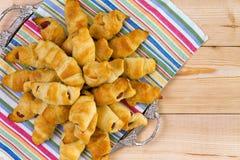 Mucchio dei croissant freschi deliziosi del hot dog Fotografia Stock
