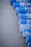 Mucchio dei disegni di costruzione blu su fondo grigio v verticale Fotografia Stock