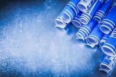 Mucchio dei disegni di ingegneria blu sul constru metallico del fondo Fotografia Stock Libera da Diritti