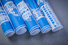 Mucchio dei disegni di ingegneria blu sul constructio grigio del fondo Fotografia Stock