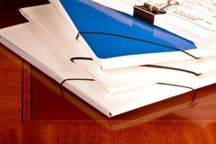 Mucchio dei dispositivi di piegatura e del lavoro di ufficio Fotografie Stock Libere da Diritti