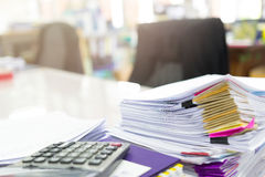 Mucchio dei documenti non finiti sulla scrivania Fotografia Stock Libera da Diritti