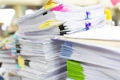 Mucchio dei documenti non finiti sulla scrivania Fotografie Stock Libere da Diritti