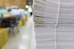 Mucchio dei documenti non finiti sulla scrivania Fotografia Stock