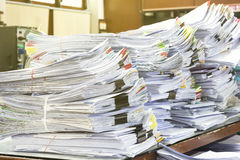 Mucchio dei documenti sulla pila dello scrittorio Immagini Stock