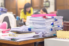 Mucchio dei documenti sulla pila dello scrittorio Immagine Stock Libera da Diritti