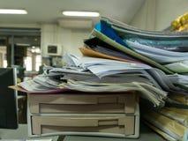Mucchio dei documenti sullo scrittorio nel luogo di lavoro Fotografie Stock Libere da Diritti