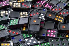 Mucchio dei domino variopinti Fotografia Stock Libera da Diritti