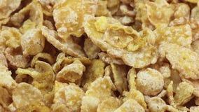Mucchio dei fiocchi di mais croccanti della prima colazione, girante, vista del primo piano archivi video