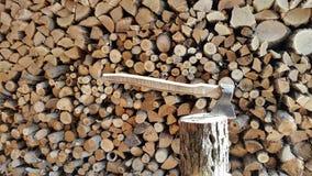 Mucchio dei firewoods e dell'ascia Fondo Immagine Stock