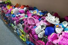 Mucchio dei Flip-flop e dei sandali nel deposito Immagini Stock